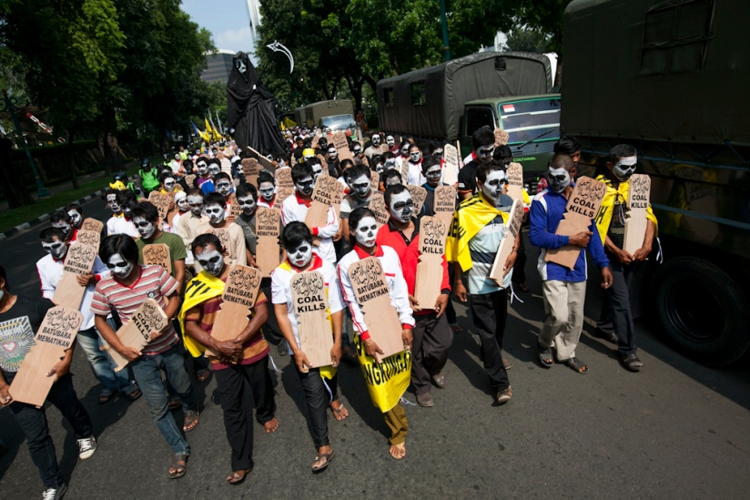 As a mark of solidarity, Greenpeace Indonesia supported the direct action taken by the Batang Anti Coal Community to demand for the cancellation of construction of a coal-fired power plant in Batang.Though I am not sure who's responsible for the Grim Reeper!  photo: Ardiles Rante/Greenpeace